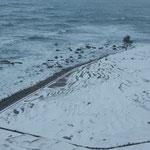 日本海からの寒風が白米千枚田に積もった雪を吹き飛ばしていました。  ・白雪の荒ぶ白米千枚田(和良)