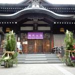 城崎温泉には外湯がたくさんあり、大きな門松が飾られていました。      ・門松の凛と立ちたる外湯かな(和良)