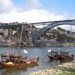 甘いポートワインの生まれたポルトでは今も舟でワインを運んでいました。  ・時雨をり舟でワインを運ぶ古都(和良)
