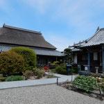 阿波市土成町の神宮寺では牡丹の花が咲いていました。  ・鯱を置く藁葺きの寺牡丹咲く(和良)
