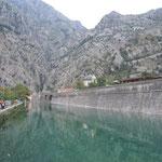 モンテネグロのコトルの旧市街はこの城壁の中にありました。      ・城の濠水青々と澄みにけり(和良)