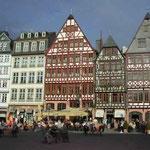 フランクフルトの旧市庁舎前広場です。暖かい日差しでした。 ・春の日に合わせて人の移りけり(和良)
