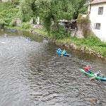 チェスキークルムロフで楽しそうに川遊びする子供たちを見ました。   ・一列になり急流をボート行く(和良)