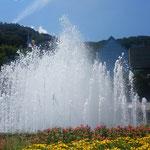 噴水の天辺は水が踊っているように見えました。              ・噴水の天辺水の踊り場に(和良)