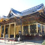 唐門と共に重要文化財である社殿も修復を終えていました。                                ・霜柱踏みしめ社殿仰ぎ見る(和良)