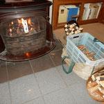 中棚荘には早々と火鉢や暖炉の用意がされていました。         ・薪くべて下さいとある暖炉かな(和良)