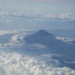 羽田空港から徳島空港への飛行機の窓から雲海に浮かぶ富士が見えました。  ・雲海に影絵のやうに富士浮かぶ(和良)