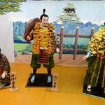 吉野川市市役所前の菊人形は「おんな城主直虎」の場面でした。     ・何を見ているの菊人形の目は(和良)