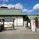 小正月の徳島城博物館に大きな門松が立っていました。           ・梅咲いて椿も咲ける小正月(和良)