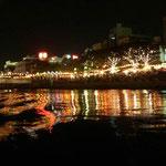 徳島市の中心部を流れる新町川の遊覧船から阿波踊りで賑わう街を見ました。  ・町川を金色に染め阿波踊り(和良)