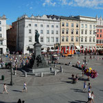 クラクフの中央市場広場には明るい市民の姿がありました。       ・夏帽も日傘も嫌ひサングラス(和良)