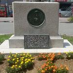 阿波おどり会館前に花で囲まれたモラエスの石碑ができました。     ・モラエスと花の文字できモラエス忌(和良)