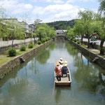 倉敷市の美観地区です。舟で行く人が涼しそうに見えました。                             ・舟で行く倉敷の町涼しかり(和良)