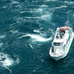 観潮船のデッキには観光客があふれ鳴門海峡の渦潮を見ていました。   ・大渦に行きつ戻りつ観潮船(和良)