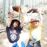 子供たちは掘り出した筍を差し上げて大喜びでした。  ・筍を掘ったとはしゃぐ子の笑顔(和良)