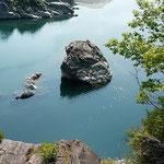 美濃田の淵は静かでした。水は青々と澄み渡っていました。       ・鶯の声美濃田の淵渡る(和良)