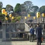 東京高輪の泉岳寺では討ち入りの日に義士祭が行われました。  ・享年を墓に確かめ義士祀る(和良)