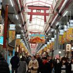 天神橋筋商店街は宵戎でもあり、福笹を持った人が見られました。       ・福笹を揚げ買初の列に着く(和良)
