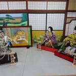 菊人形展では一休さんの頓智に殿さまが爆笑する一場面もありました。 ・一休に参ったと殿菊人形(和良)