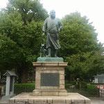 上野の西郷隆盛の像です。テレビの西郷どんで人気を呼んでいます。   ・西郷どんの像へ銀杏踏んで行く(和良)