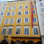 ザルツブルグの繁華街にモーツアルトの生家がありました。       ・サングラス外し生家の文字を見る(和良)