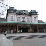 福岡県の門司港駅です。この周辺にはレトロな街が再現されていました。 ・門司港は吹きっ晒しよ寒灯(和良)