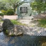 鴨島公園にはせせらぎがありこの地に来た野口雨情の歌碑もあります。  ・蝉時雨止みせせらぎの園となる(和良)