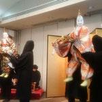 昼食会は阿波の伝統芸能である人形浄瑠璃の式三番から始まりました。  ・式三番より春昼の宴となる(和良)
