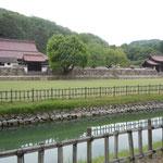 岡山県備前市の閑谷学校です。三百余年の歳月を経ています。                           ・閑谷は青葉若葉に鎮もれる(和良)