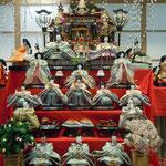 徳島市の阿波踊り会館のロビーに雛人形が飾られていました。                ・その中におどけ顔あり雛飾る(和良)