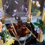 虚子忌は釈迦の誕生日でもあり、花御堂が飾られていました。        ・鶯をたっぷりと聴き門くぐる(和良)