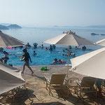 鳴門のホテルのプールにはビーチパラソルが並んでいました。      ・リゾートホテルビーチパラソル犇めける(和良)