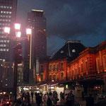 街灯に照らされて東京駅が浮かび上がって見えました。 ・秋の灯や東京駅の赤煉瓦(和良)