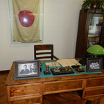 リトアニアのカウナスにある旧日本領事館の杉原千畝さんの執務机です。 ・開け放つ命のビザの夏館(和良)