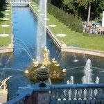 ピョートル大帝の夏の宮殿の噴水の水に金色の像が輝いて見えました。  ・金色に光る噴水見て飽きず(和良)