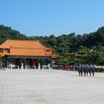 台北市の忠烈祠で衛兵の交代式を見てきました。              ・炎天下衛兵の列乱れなく(和良)