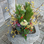 門前に飾られた臘梅がよい香りを放っていました。                    ・門前の臘梅の香に迎へられ(和良)
