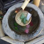 飛騨高山には小京都にふさわしい風景がありました。                                  ・水盤の水に冷やして菓子を売る(和良)