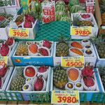 名護市許田の道の駅には地元で収穫された果物が並んでいました。          ・産直の市にパインもマンゴーも(和良)
