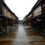 金沢市のひがし茶屋街です。静かに雪が降っていました。        ・音もなくしんしんと降る古都の雪(和良)