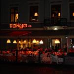 リガの歴史地区では日本料理店も夜遅くまで営業していました。     ・夜の更けることを楽しむ白夜かな(和良)