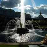 西日を受けたピョートル大帝の夏の宮殿の噴水は幻想的でした。     ・噴水の西日の中に輝ける(和良)