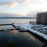 宿泊した加賀屋の部屋から眺めた朝の和倉温泉の風景です。       ・能登島も和倉も雪の朝明ける(和良)