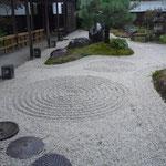昼神温泉の宿の石庭です。綺麗な箒目が入っていました。                              ・石庭の砂にやさしき秋の雨(和良)