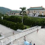 故宮博物院の庭園からの眺望です。緑が美しかったです。          ・秘宝見て故宮の庭の新涼に(和良)
