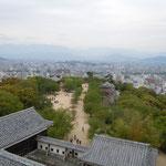 松山城の天守閣から伊予の山々を眺望しました。霞んで見えました。            ・横たはる伊予の山々夏霞(和良)