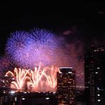 大阪の淀川花火大会では打ち上げ花火と仕掛け花火の競演が見事でした。  ・打ち上げと仕上げ花火の間合いかな(和良)