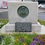 阿波おどり会館前のモラエス記念碑に春の草が茂っていました。 ・記念碑の周りの草の芳しく(和良)