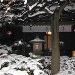 八王子市の豆腐茶屋で食事をしました。雪見の宴となりました。 ・灯籠に灯を入れ茶屋の雪見かな (和良)