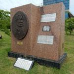 リトアニアのヴィリニウス郊外にある杉原千畝記念碑です。       ・記念碑は青葉まぶしき公園に(和良)